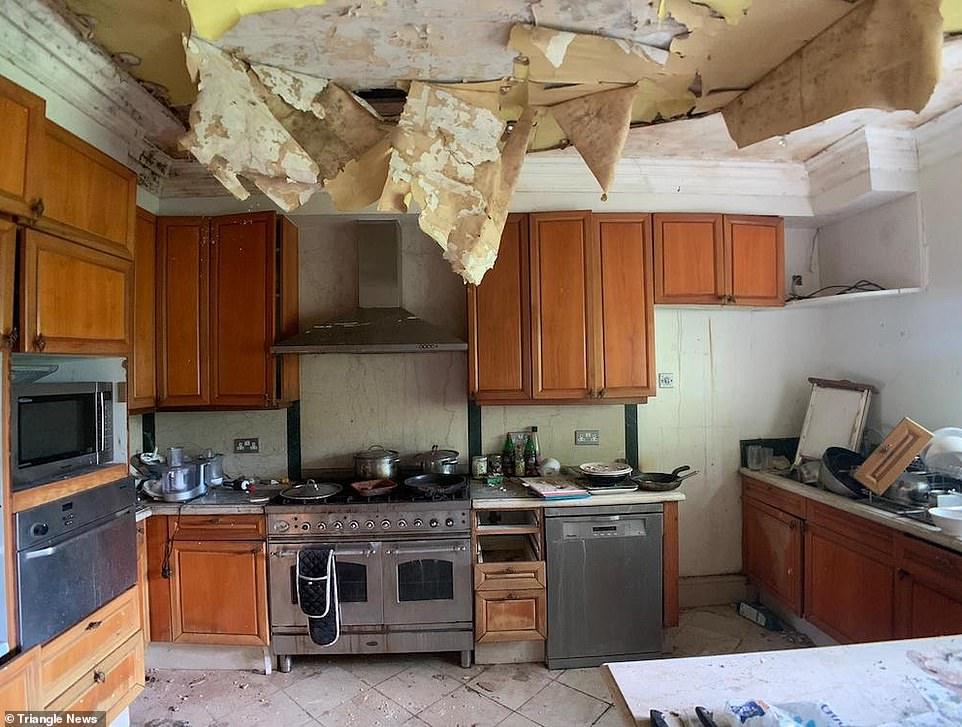 Το ταβάνι στην κουζίνα του σπιτιού έχει σχεδόν καταρρεύσει εξαιτίας διαρροής νερού