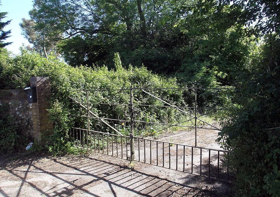 Η πύλη της έπαυλης έξω από το Λονδίνο, όπου έμενε ο Έλληνας επιχειρηματίας με την οικογένειά του