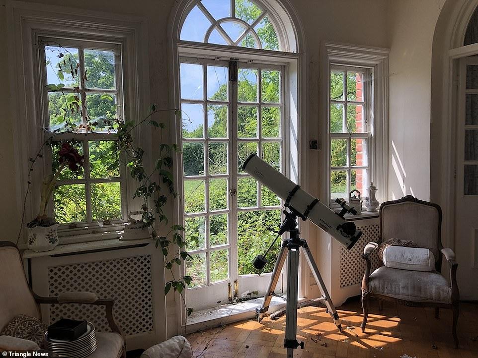 Ένα τηλεσκόπιο στραμμένο στον ουρανό σε κάποιο από τα δωμάτια της εγκαταλειμμένης έπαυλης