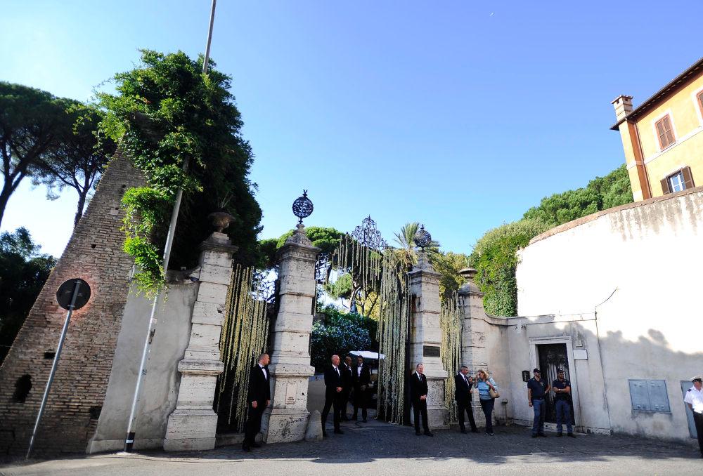 Η μεγαλοπρεπής είσοδος για την εντυπωσιακή βίλα του 17ου αιώνα, με απίστευτη θέα στην πόλη της Ρώμης από τους κήπους της όπου έγινε ο γάμος / Φωτογραφία: Splashnews
