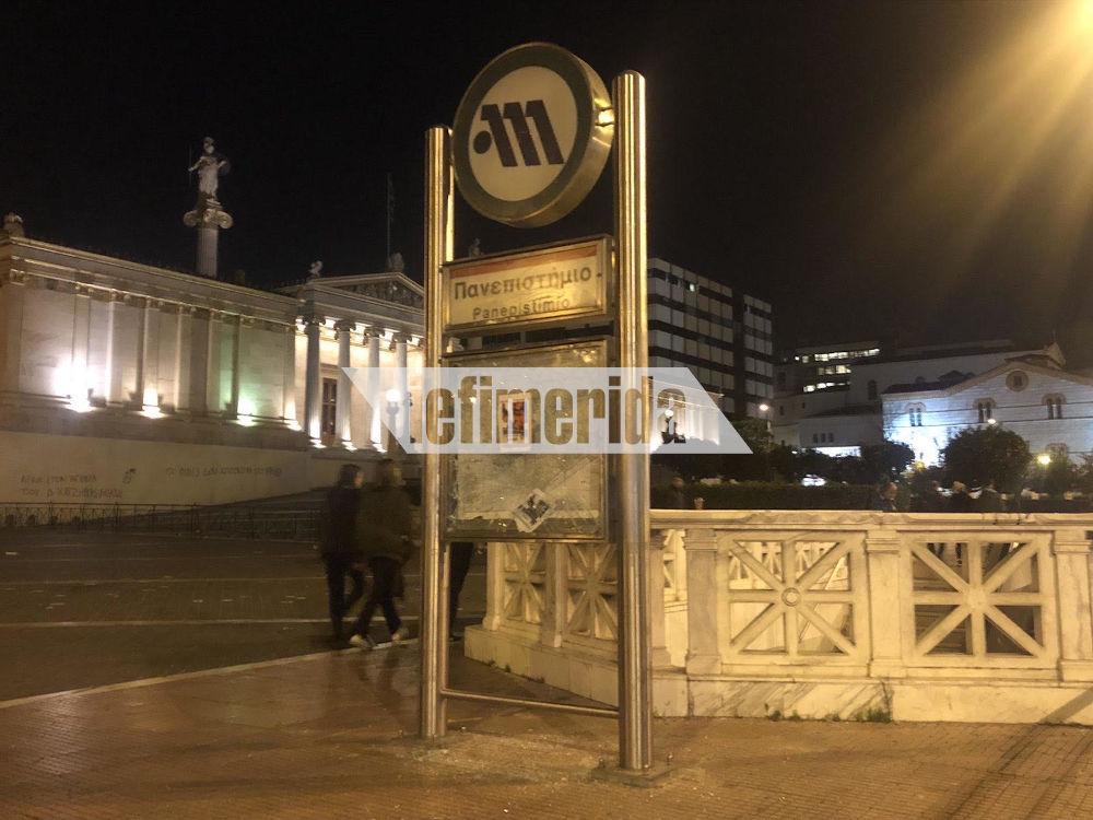 Σπασμένη η πινακίδα του μετρό Πανεπιστήμιο από τους αντιεξουσιαστές