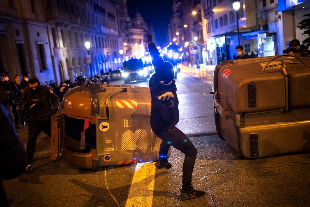 Αναταραχή σε όλη την Ισπανία μετά τη σύλληψη ράπερ
