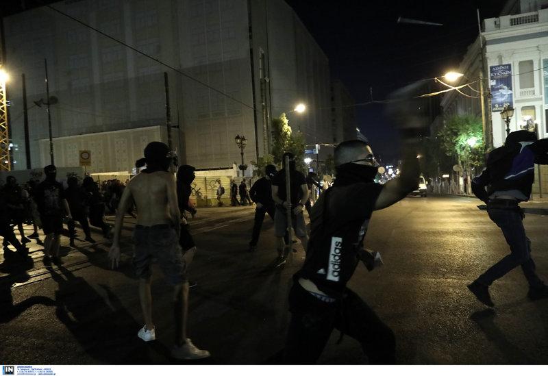 Ομάδα νεαρών πέταξε πέτρες στους αστυνομικούς στον Πειραιάς, κατά την πορεία για τον Παύλο Φύσσα
