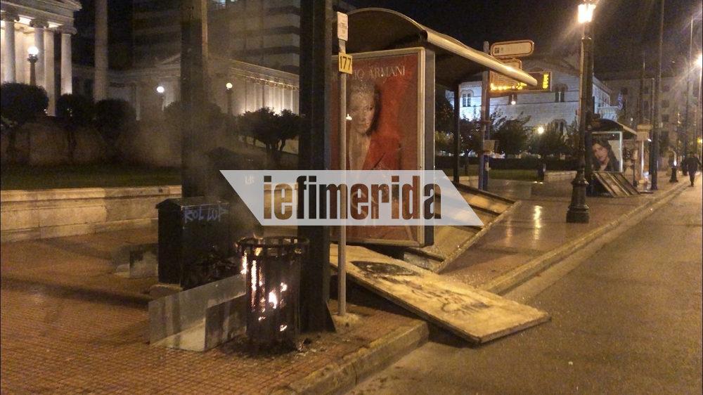 Η ομάδα των αντιεξουαστών κατέστρεψε και τη στάση του λεωφορείου μπροστά από το Πανεπιστήμιο Αθηνών
