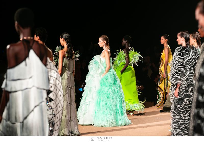 Οι δημιουργίες της Μαίρης Κατράντζου ενθουσίασαν όσους παρακολούθησαν την ξεχωριστή επίδειξη μόδας στο Σούνιο