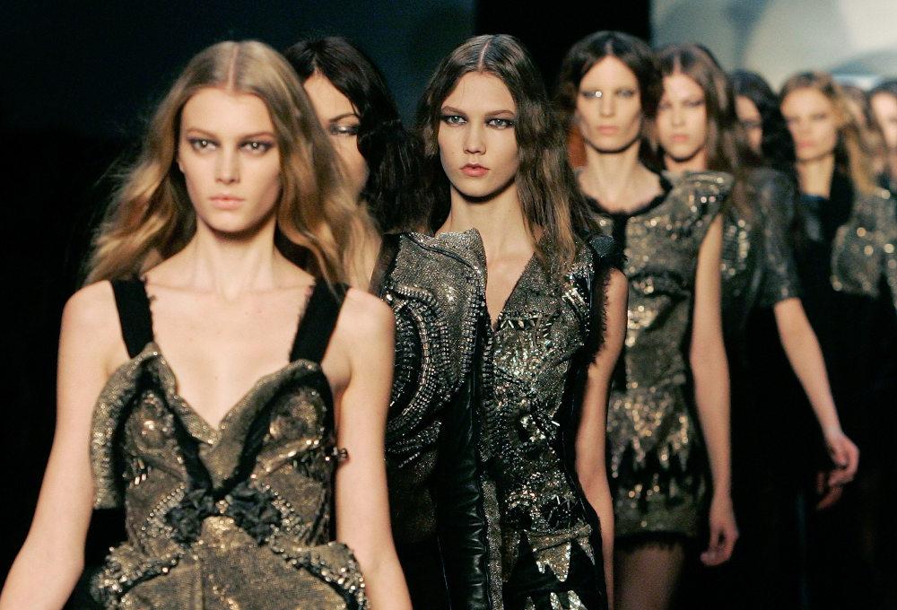 Τα μοντέλα με δημιουργίες της Σοφίας Κοκοσαλάκη σε επίδειξη μόδας στο Παρίσι το 2009
