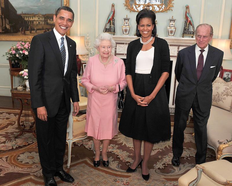 Φωτογραφία του Μπαράκ Ομπάμα με την σύζυγό του Μισέλ δίπλα στην βασίλισσα Ελισάβετ και τον πρίγκιπα Φίλιππο