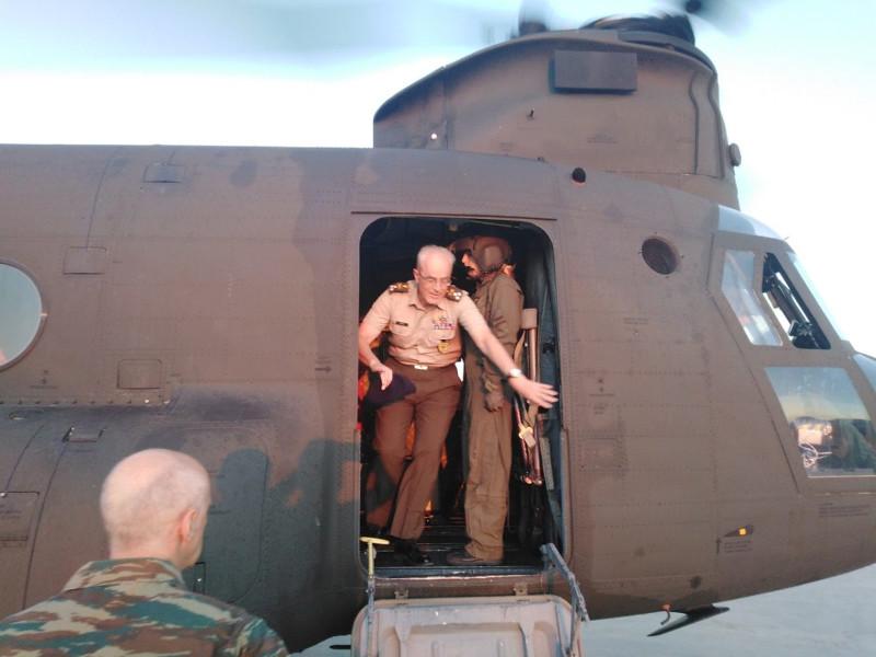 Επίσκεψη αρχηγού ΓΕΣ στα πληρώματα των ελικοπτέρων που επιχειρούν στην φωτιά στην Εύβοια