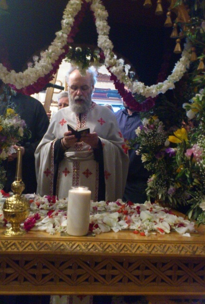Ο πάτερ Δημήτριος ψέλνει μπροστά από τον Επιτάφιο