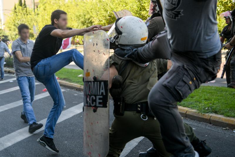 Επίθεση διαδηλωτών σε ΜΑΤ