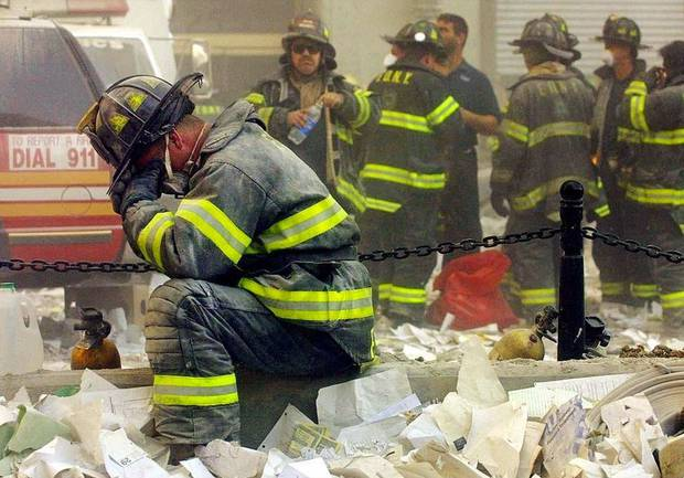 Πυροσβέστης κλαίει στα συντρίμμια του Δίδυμου Πύργου στη Νέα Υόρκη