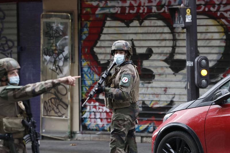 επίθεση με μαχαίρι κοντά στο Charlie Hebdo
