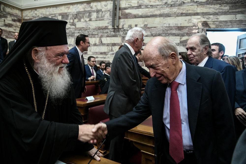 Ο Αρχιεπίσκοπος Ιερώνυμος χαιρετά τον πρώην πρωθυπουργό Κώστα Σημίτη