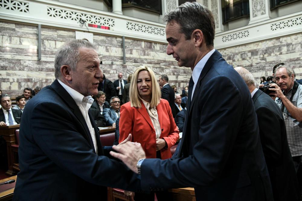 Χειραψία βουλευτή ΚΚΕ, Θανάση Παφίλη, με τον πρωθυπουργό Κυριάκο Μητσοτάκη