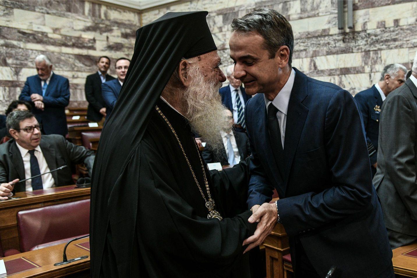 Χειραψία Κυριάκου Μητσοτάκη με τον Αρχιεπίσκοπο Ιερώνυμο