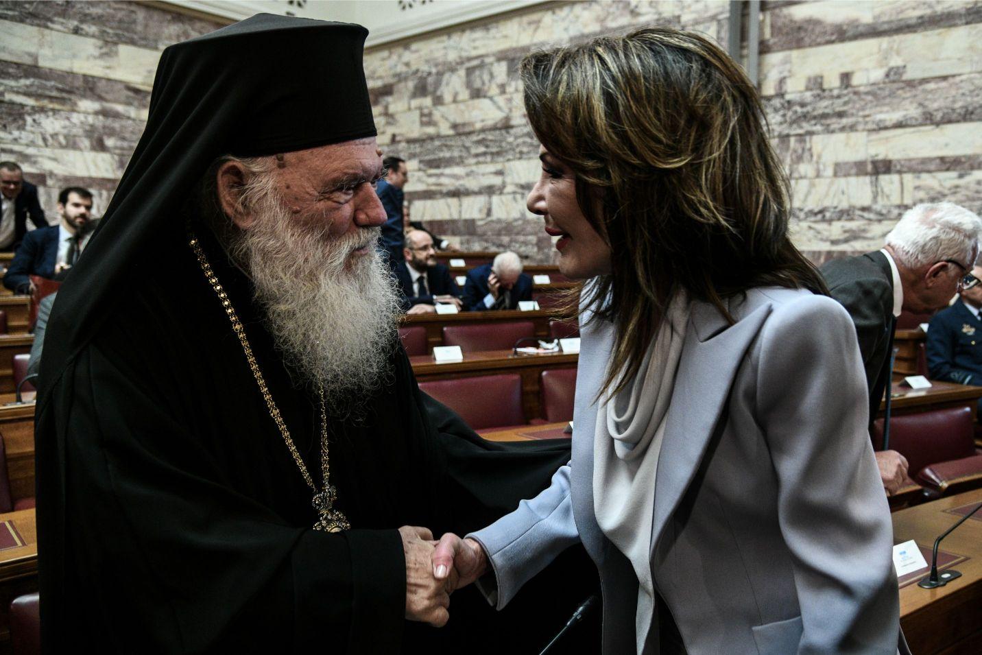 Χειραψία του Αρχιεπισκόπου Ιερώνυμου με την Γιάννα Αγγελοπούλου