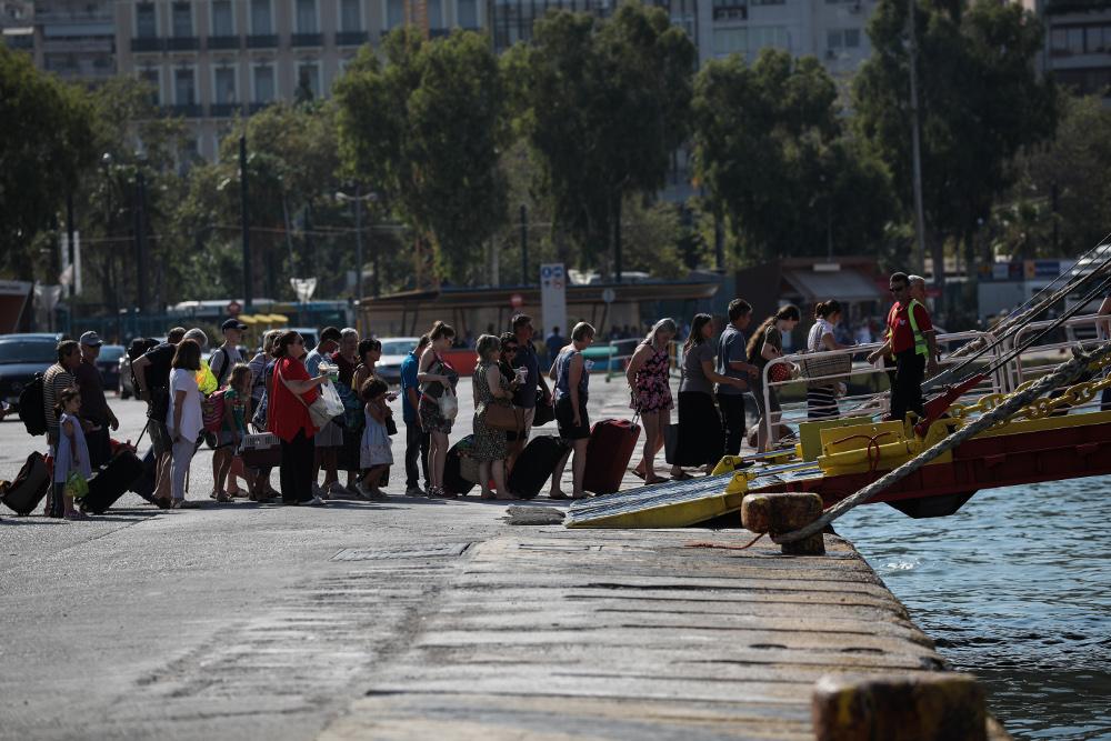 Επιβίβαση τουριστών σε πλοίο