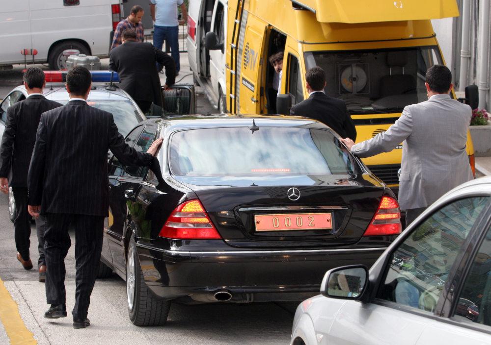 Φρουροί συνοδεύουν το όχημα του Ρετζέπ Ταγίπ Ερντογάν το 2006