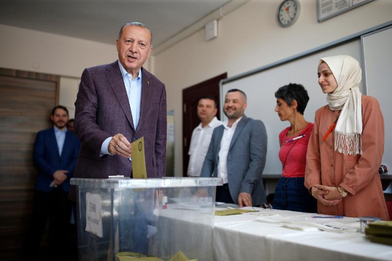 Ο Ερντογάν ασκεί το εκλογικό του δικαίωμα