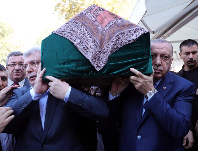Ο Ερντογάν κουβαλά το φέρετρο της μητέρας του αντιπροέδρου του κόμματός του
