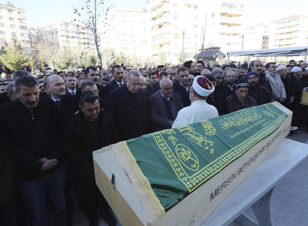 Με σκυμμένο το κεφάλι, ο Τούρκος πρόεδρος αποτίει φόρο τιμής στον νεκρό του σεισμού
