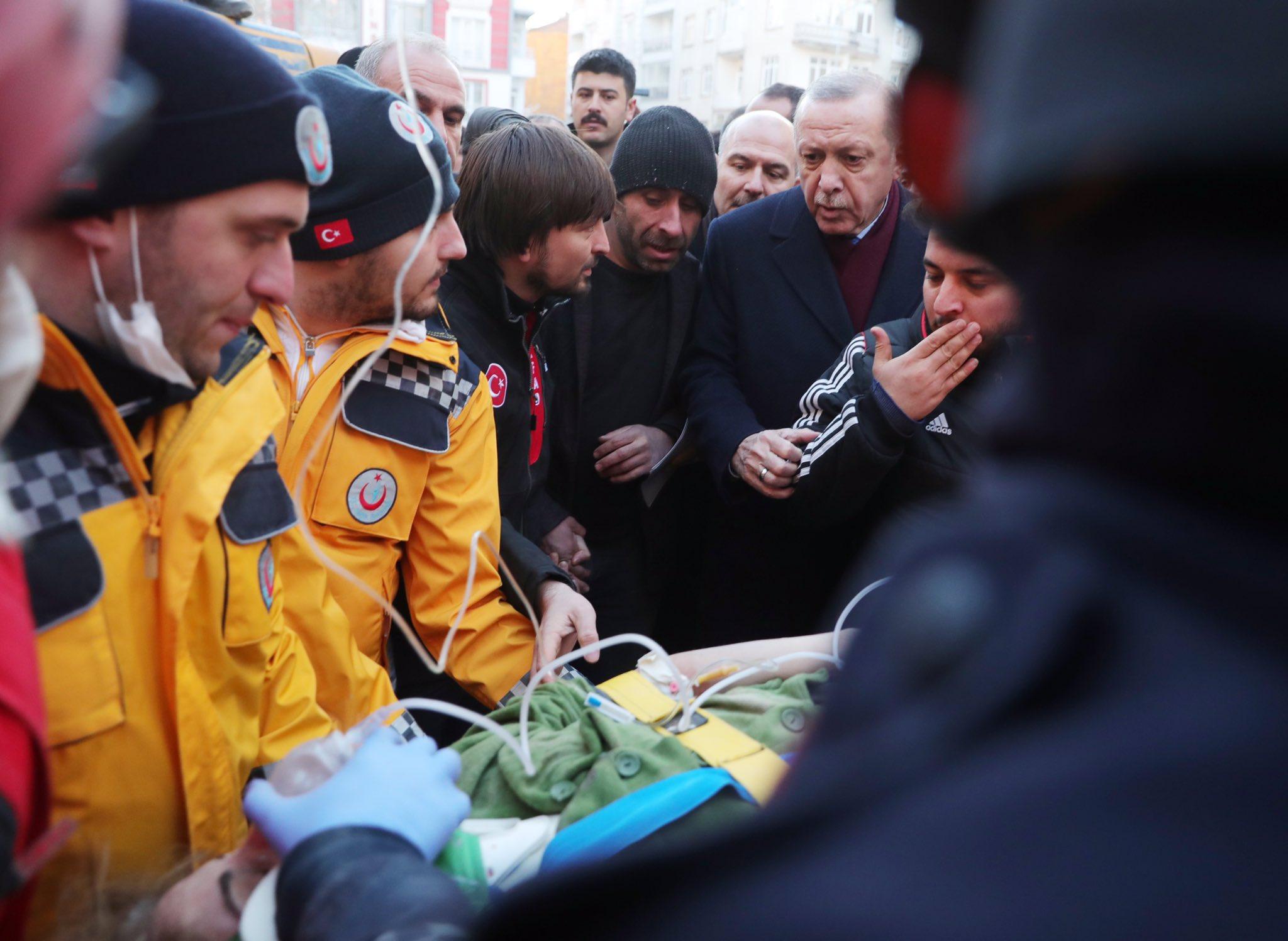 Σωστικά συνεργεία προσφέρουν βοήθεια σε τραυματίες του σεισμού στην Τουρκία