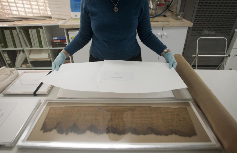Ερευνήτρια εξετάζει τα χειρόγραφα της Νεκράς Θάλασσας