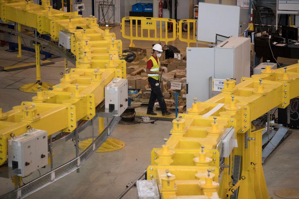 Εργαζόμενος στο ITER στη Νότια Γαλλία όπου συναρμολογείται ο αντιδραστήρας σύντηξης υδρογόνου