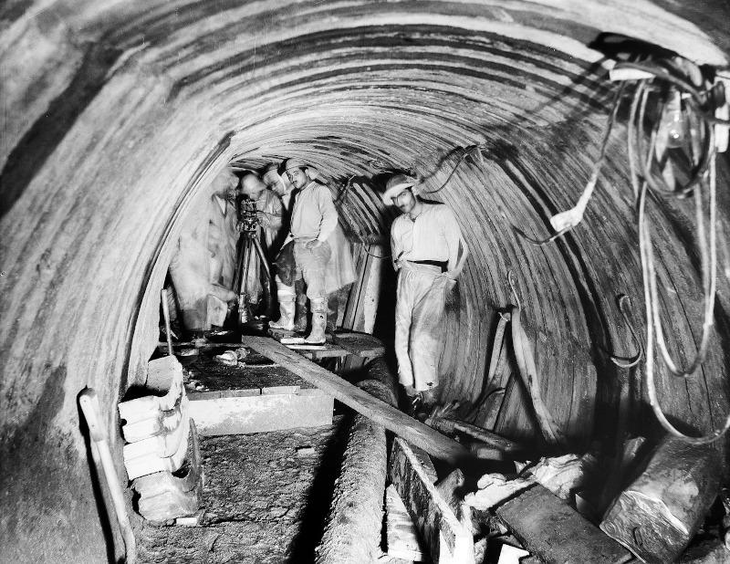Εργασίες μηχανικών για την κατασκευή της Σήραγγας Μπογιατίου/ Φωτογραφία: Ιστορικό Αρχείο ΕΥΔΑΠ
