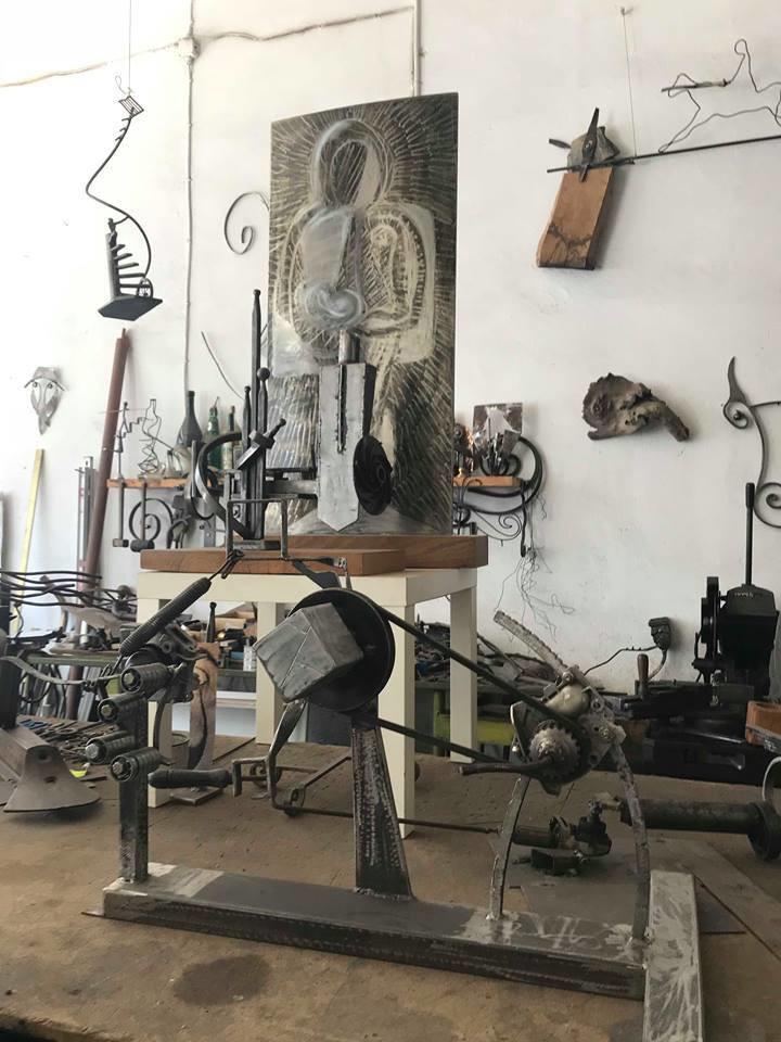 Σε διάφορα σημεία του εργαστηρίου του, ο επισκέπτης βλέπει διάσπαρτα αποκομμένα αντικείμενα