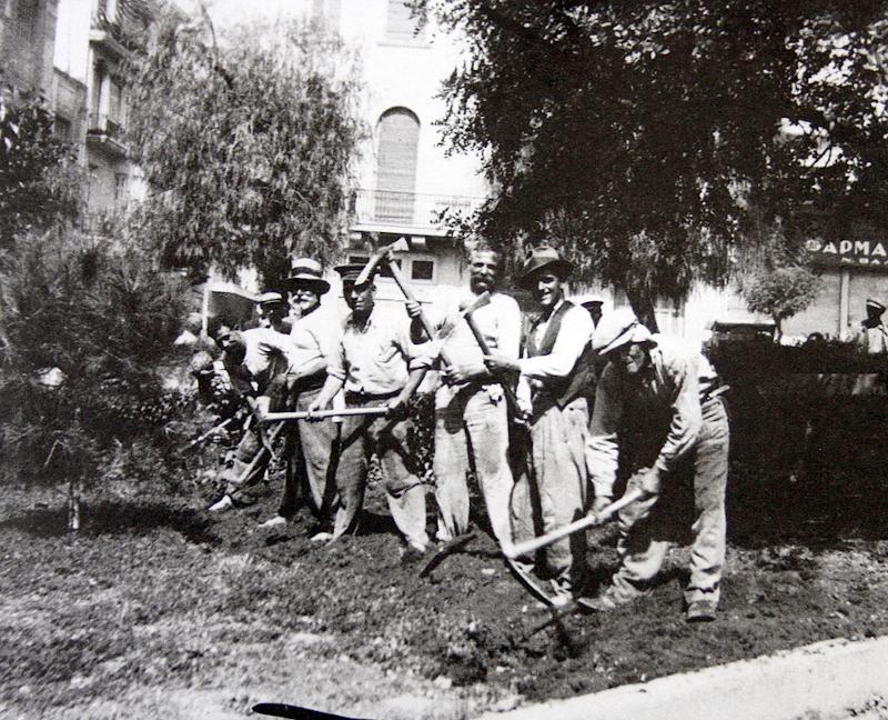 Εργάτες σπέρνουν κουκιά στο Σύνταγμα