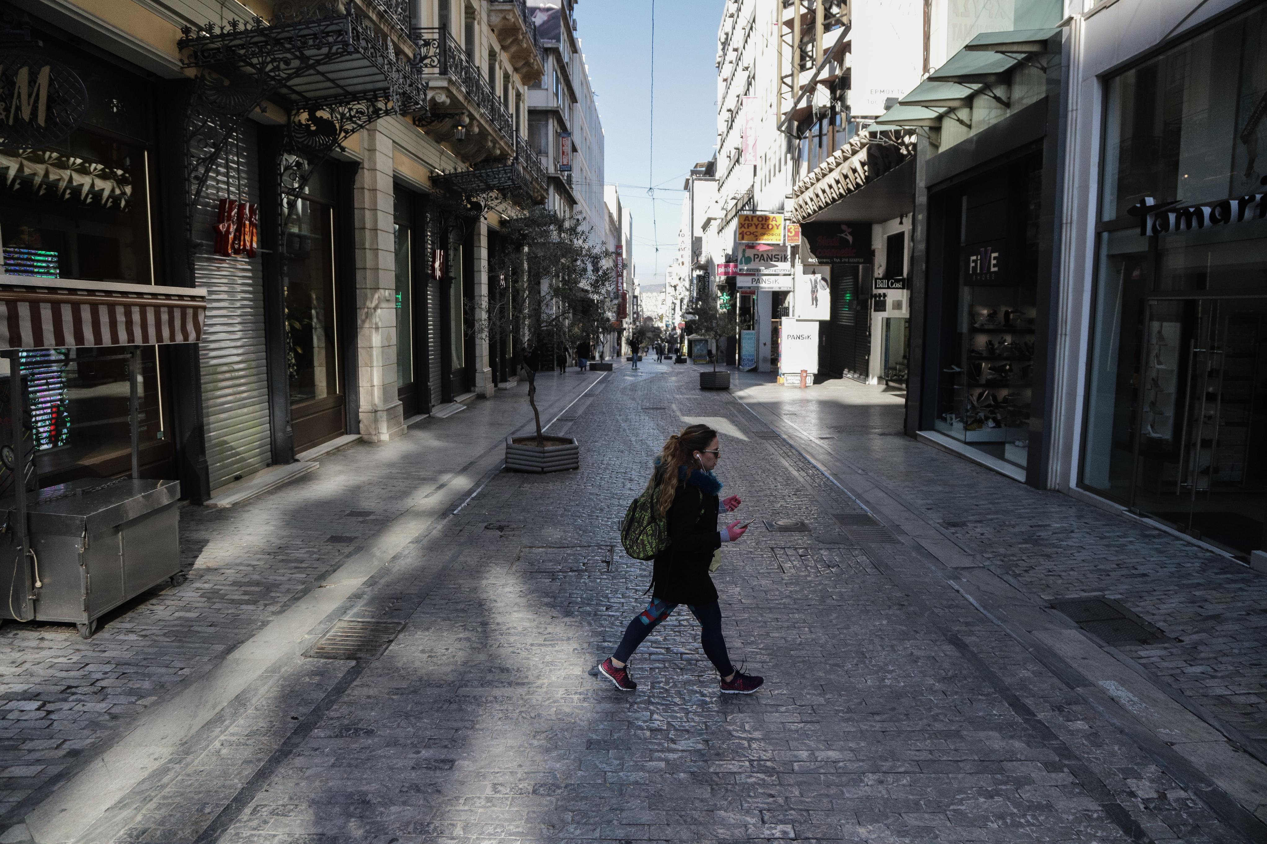Ερημη η άλλοτε πολυσύχναστη οδός Ερμού στην καρδιά της Αθήνας