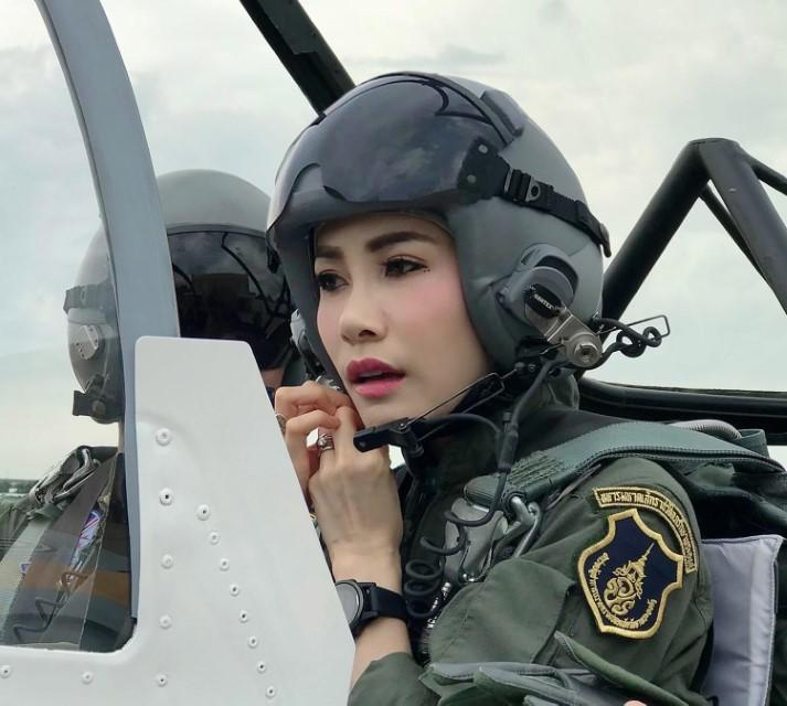Η ερωμένη του βασιλιά της Ταϊλάνδης σε μαχητικό αεροσκάφος