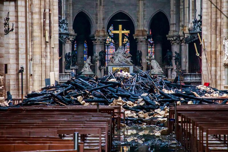 Η φωτιά κατέστρεψε το εσωτερικό της Νοτρ Νταμ. Αγάλματα και σταυρός ανάμεσα σε αποκαΐδια