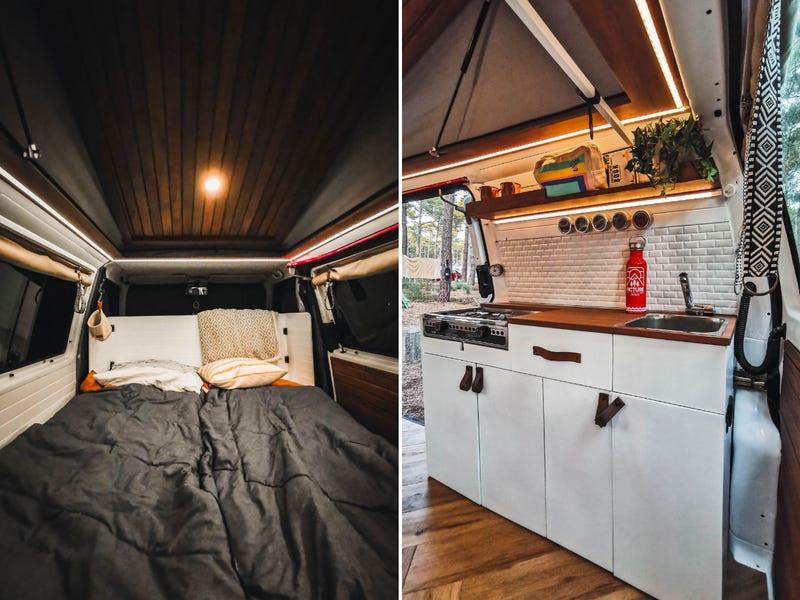 Οι καναπέδες μετατρέπονται σε κρεβάτι, ενώ προστέθηκε και μια μικρή κουζίνα στο χώρο