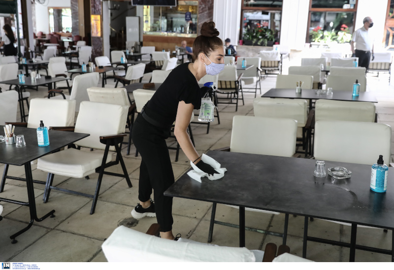 Υπάλληλος καθαρίζει λόγω της πανδημίας