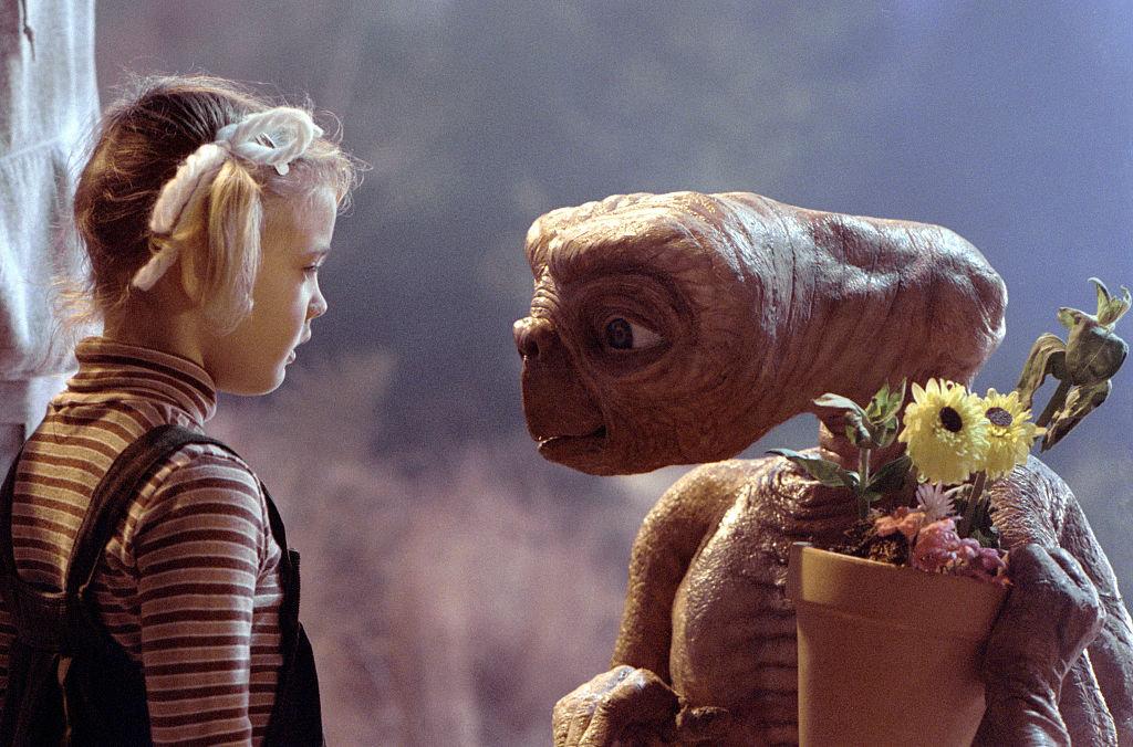 Η Ντρου Μπάριμορ πρωταγωνιστούσε ως μικρό κοριτσάκι στην ταινία ET, ο Εξωγήινος