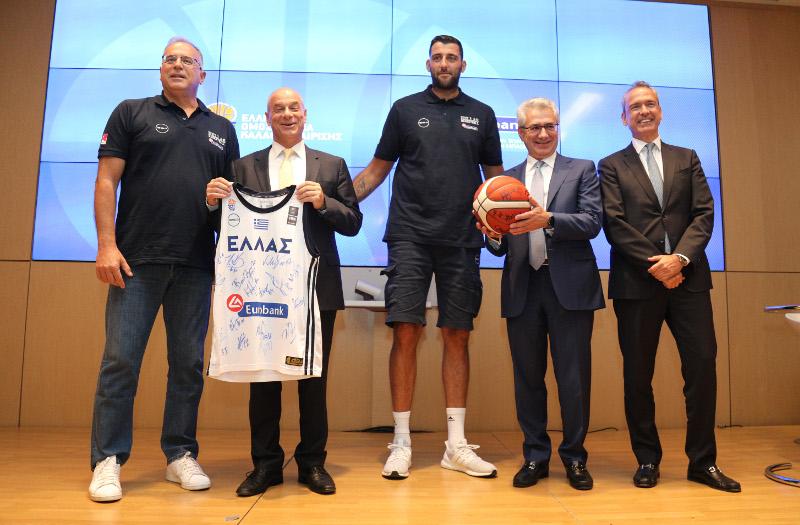 Θανάσης Σκουρτόπουλος και Γιάννης Μπουρούσης με στελέχη της Eurobank