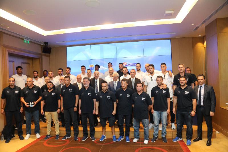 Οι παίκτες και το τεχνικό τιμ της Εθνικής ομάδας μπάσκετ