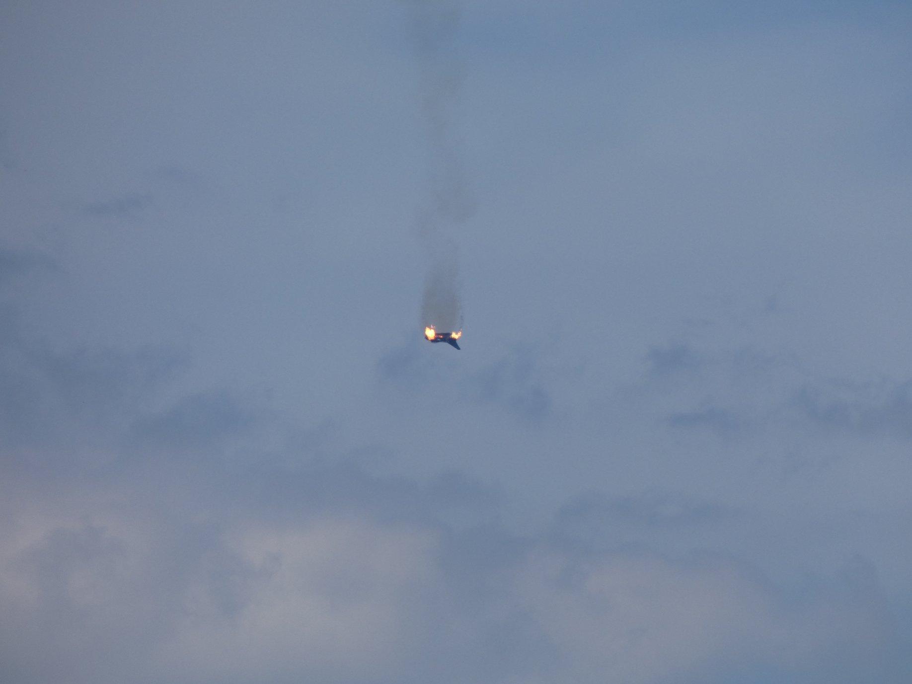 Φλεγόμενο το ένα από τα δύο Eurofighter πέφτει στο έδαφος