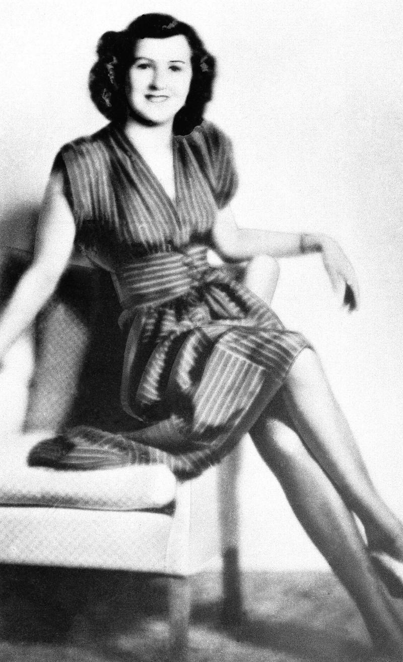 Εύα Μπράουν με ριγέ φόρεμα