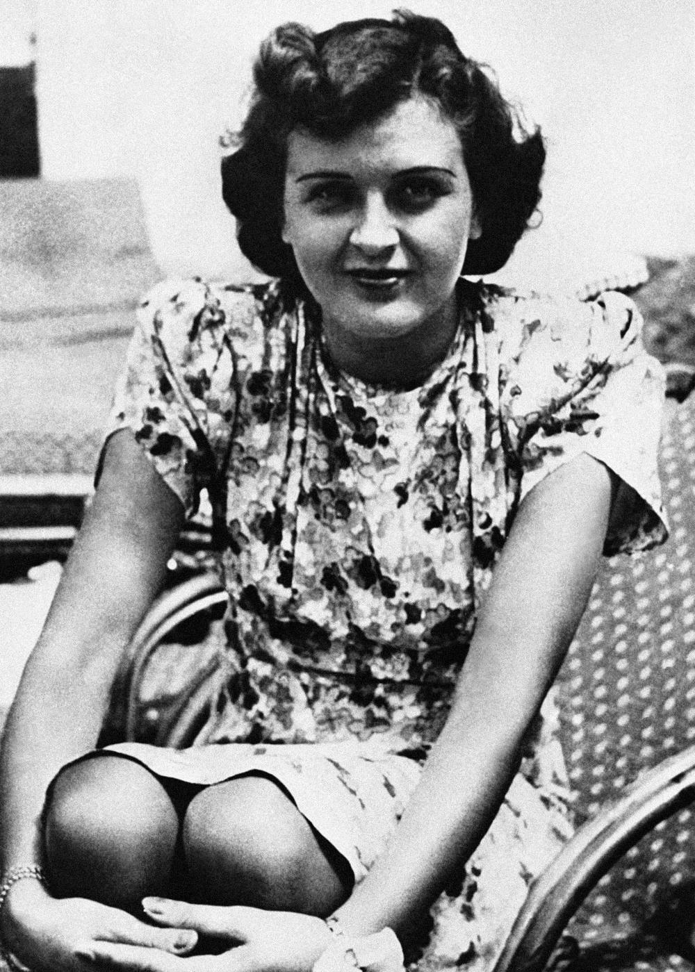 Η Εύα Μπράουν με φλοράλ φόρεμα