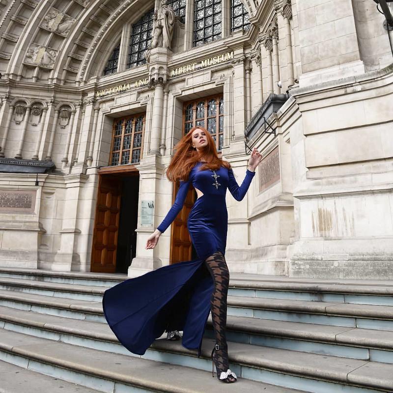 Η Εβελυν Καζαντζόγλου με μπλε βελούδινο φόρεμα