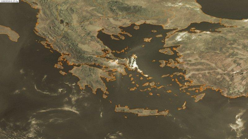 Η δορυφορική εικόνα που δείχνει τον καπνό της πυρκαγιάς στην Εύβοια να καλύπτει την Αττική