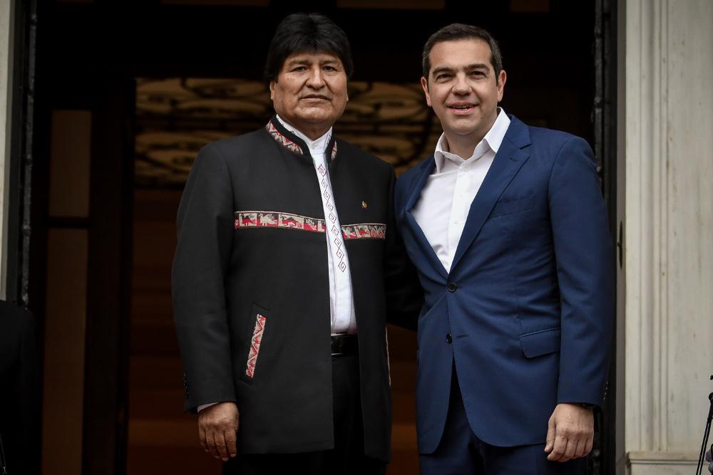 Ο Εβο Μοράλες και ο Αλέξης Τσίπρας  αγκαλιασμένοι στο Μέγαρο Μαξίμου