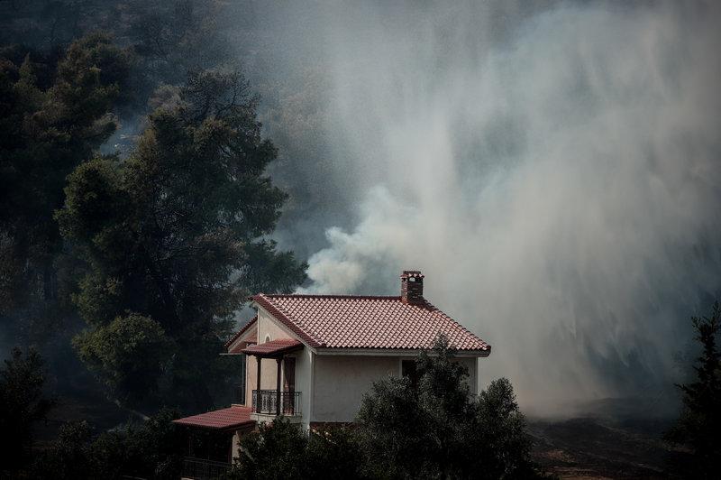 Οι φλόγες γλείφουν σπίτια για δεύτερη ημέρα