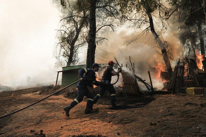 Ανδρες της πυροσβεστικής δίνουν μάχη να μην καούν σπίτια