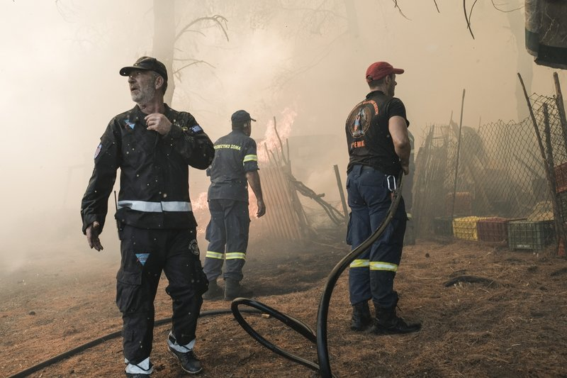 Οι πυροσβεστικές δυνάμεις κατάφεραν να ανακόψουν την πορεία της φωτιάς και να μην επεκταθεί στο χωριό Μακρυμάλλη