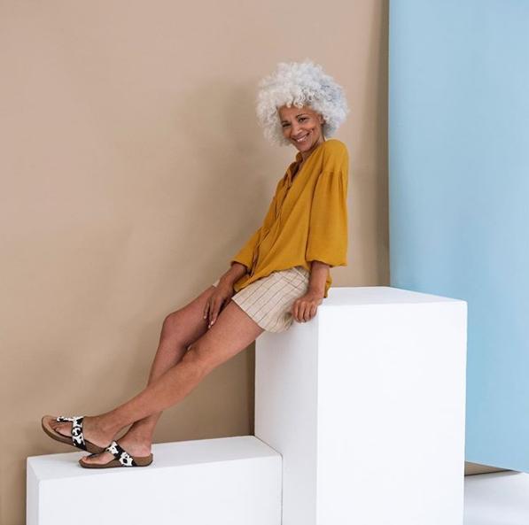 Ηλικιωμένο μοντέλο ποζάρει χαμογελαστό για φωτογράφηση