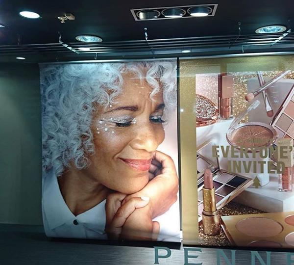 Διαφημιστική αφίσα με ηλικιωμένο μοντέλο